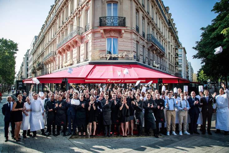Άνοιξε και πάλι η διάσημη μπρασερί Le Fouquet's στο Παρίσι