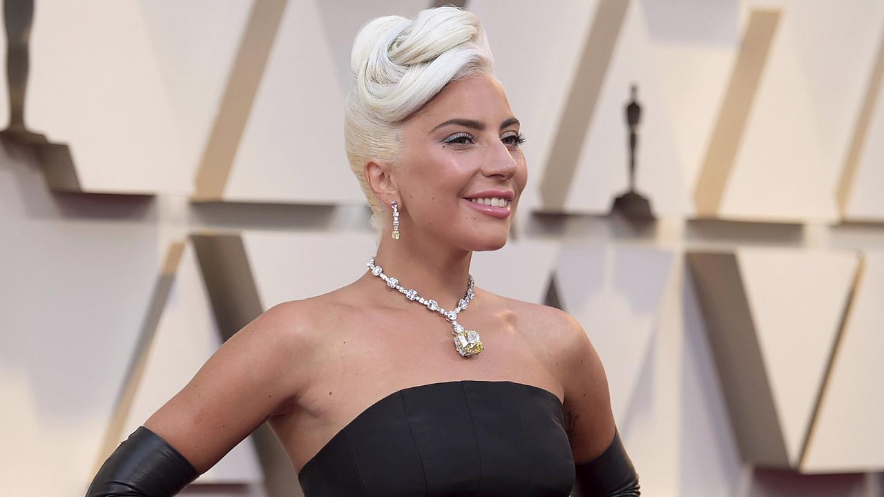 Ατύχημα για την Lady Gaga – Έπεσε από την σκηνή μαζί με θαυμαστή της– VIDEO